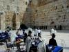 Иерусалим. У Стены Плача в молельных накидках